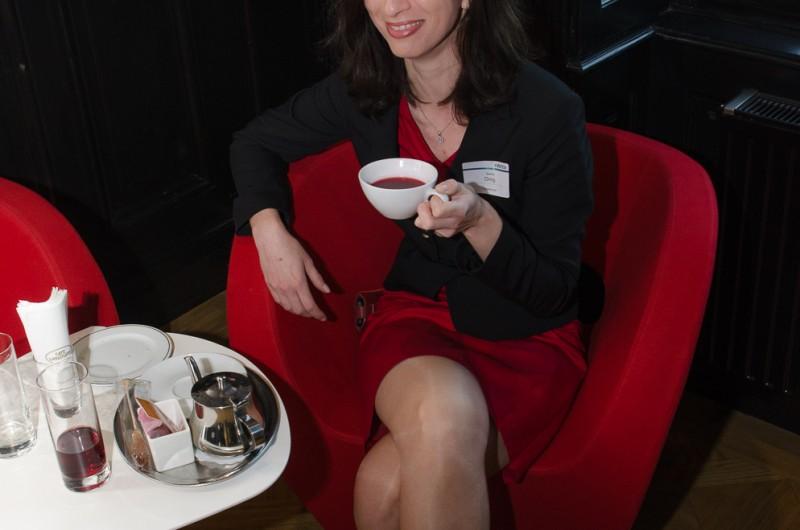 Bild Iventa Business Breakfast. Eine Besucherin beim Frühstück.