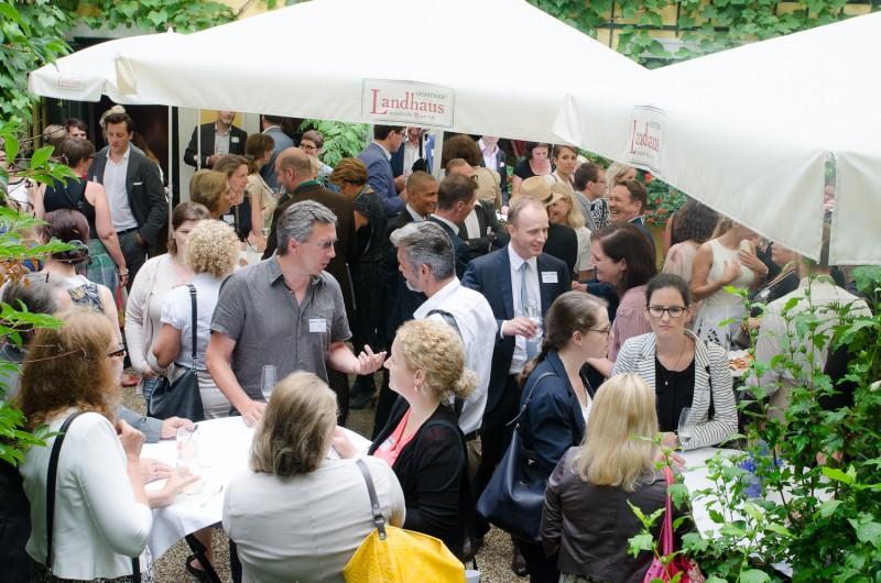 Bild Iventa Sommerfest 2016. Gäste unterhalten sich im Garten.