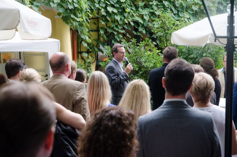 Bild Iventa Sommerfest 2016. Martin Mayer während der Ansprache im Garten des Gerstners Landhauses.