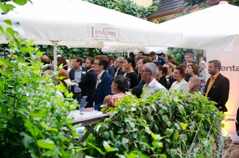 Bild Iventa Sommerfest 2016. Gäste hören der Ansprache von Martin Mayer zu.