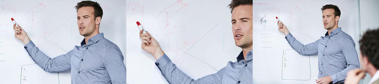 Bild Employer-Branding-Strategie. Iventa Mitarbeiter erklärt vor dem White Board.