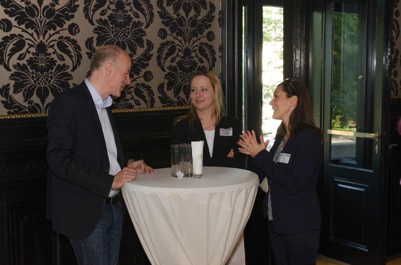 Bild Business Breakfast. Iventa Employer Branding Teamleiterin unterhält sich mit den Besuchern.