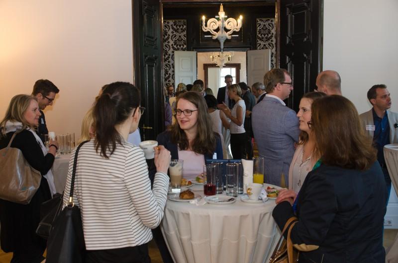 Besucher unterhalten sich beim Iventa Business Breakfast