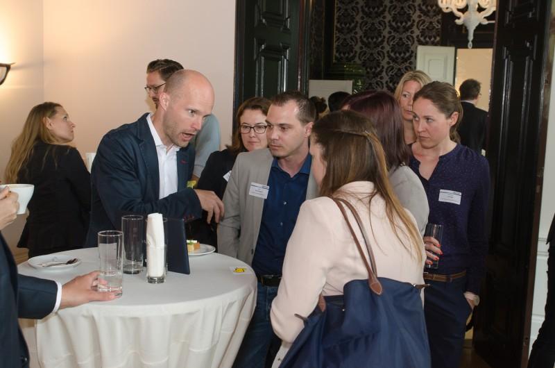 Bild Iventa Business Breakfast. Firstbird Geschäftsführer unterhält sich mit den Besuchern.