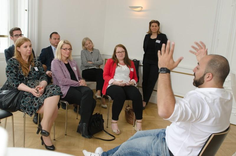 Bild Iventa Business Breakfast. Whatchado Geschäftsführer unterhält sich mit den Besuchern.