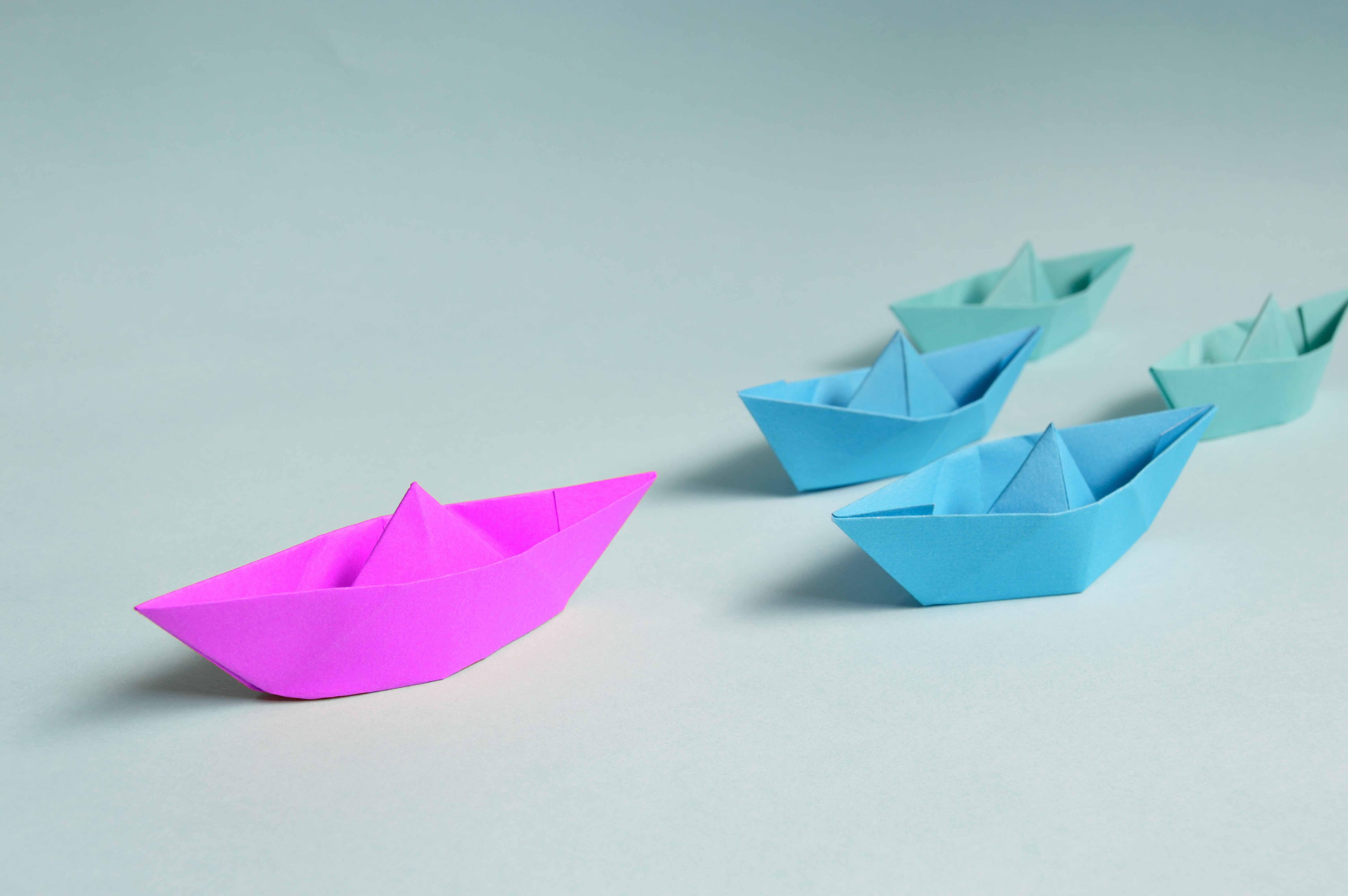 Papierschiff an der Spitze